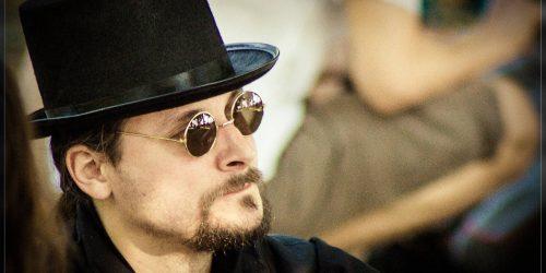 chapeau haut de forme et barbe